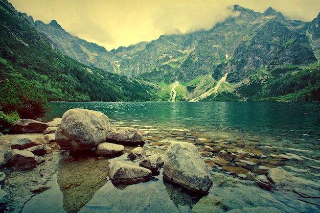 Lago nelle montagne.