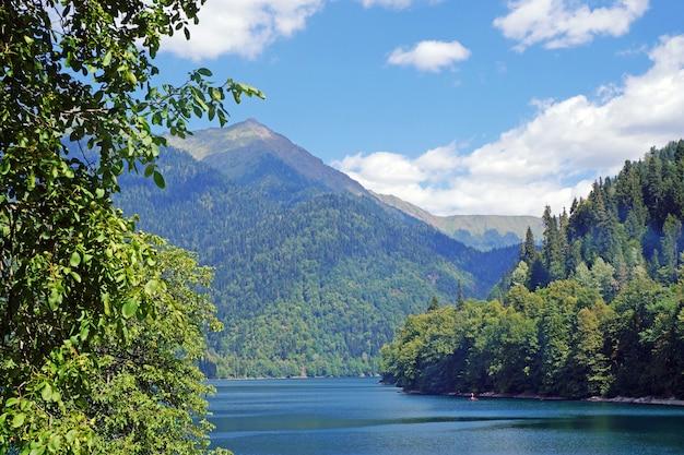 Lago ritsa in montagne in abkhazia in una giornata di sole estivo. il lago di montagna di origine glaciale e tettonica sul caucaso occidentale, nella regione di gudautsky in abkhazia.