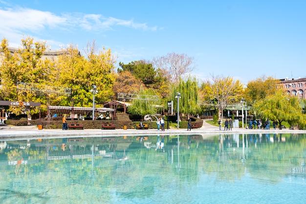 Lago swan nel parco della città di yerevan novembre in armenia