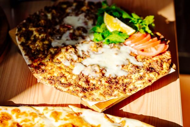 Lahmajun condita con formaggio pomodoro e limone