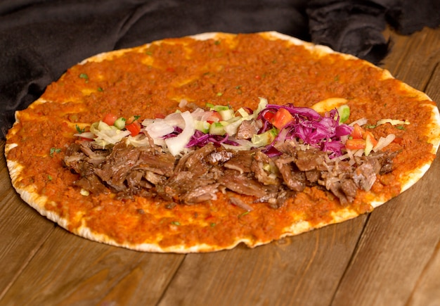 Lahmajun turco e pezzi di carne con cipolle