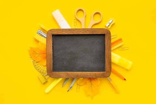 Laici piatta di ritorno a materiale scolastico con lavagna