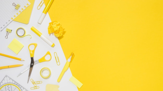 Laici piatti di cancelleria per ufficio con copia spazio e forbici