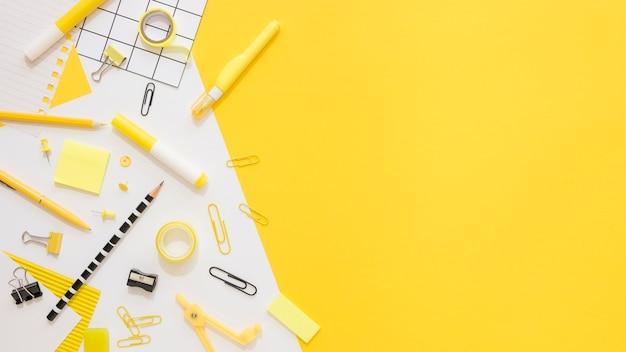Laici piatti di cancelleria per ufficio con copia spazio e graffette
