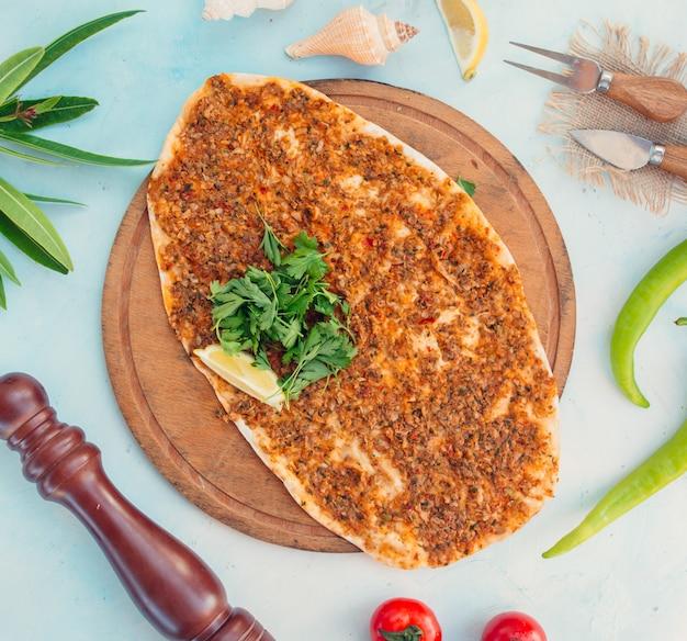 Lakhmajun turco con vista dall'alto di carne e formaggio