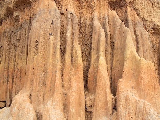 Lalu park nella provincia di sakaeo, in tailandia, a causa dell'erosione del suolo ha prodotto forme strane