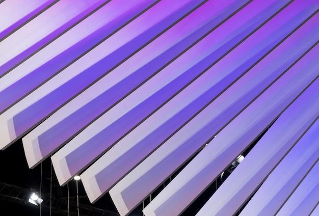 Lama di plastica curva con la luce viola.