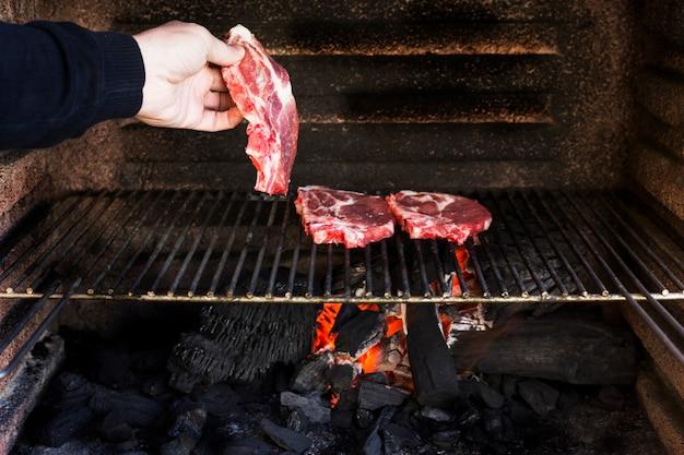 Lamina di metallo cotta filetto di manzo crudo nel barbecue
