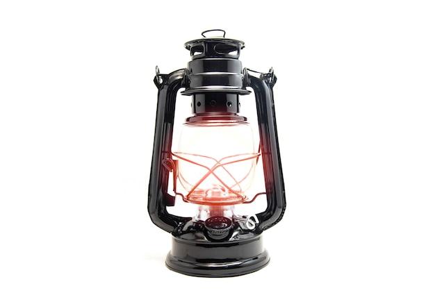 Lampada a olio isolata su fondo bianco - il nero classico d'annata della vecchia lanterna