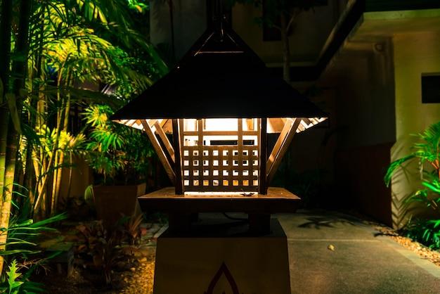 Lampada antica all'aperto