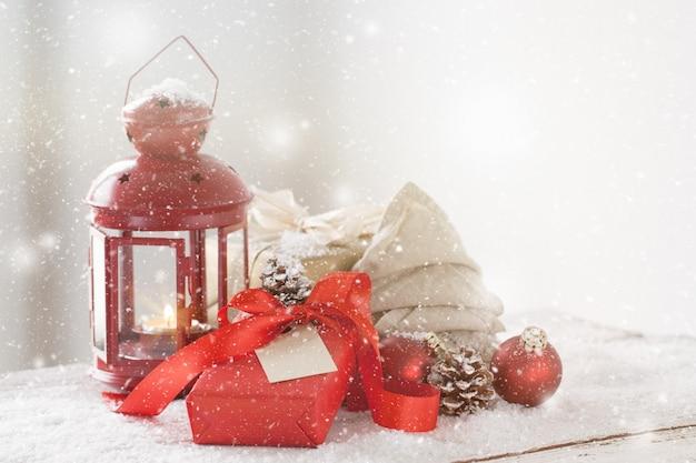 Lampada antica con il regalo rosso