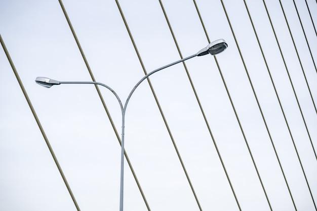 Lampada da notte a strada strada sul ponte sling