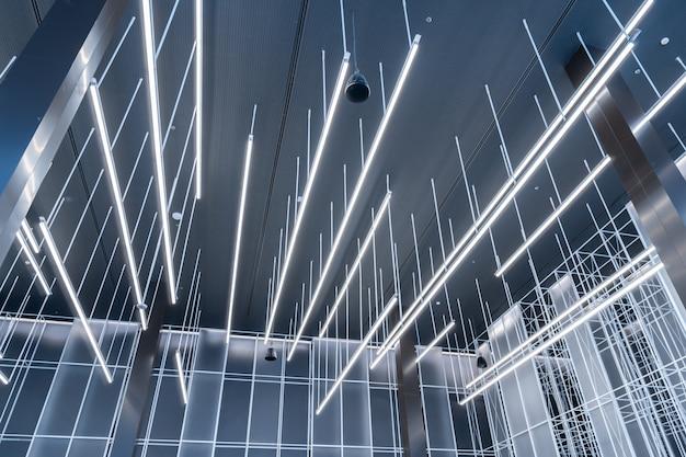 Lampada da soffitto fluorescente dal design moderno nell'ufficio business dello spazio di co-working
