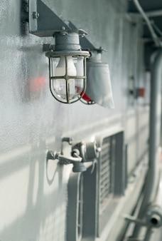 Lampada da terra su nave in gabbia protettiva