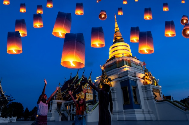 Lampada di galleggiamento della gente tailandese nel festival di yee peng in chiang mai, tailandia.