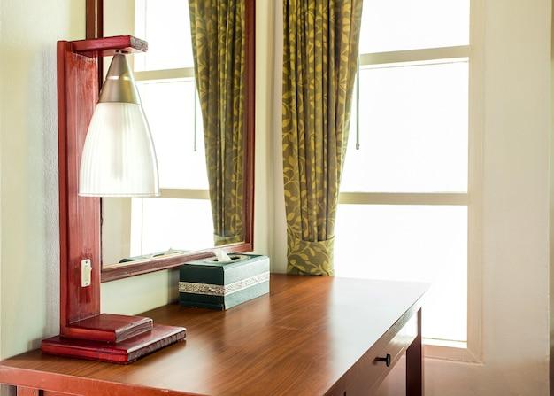 Lampada e decorazioni per la casa e tavolo in legno, spazio di lavoro
