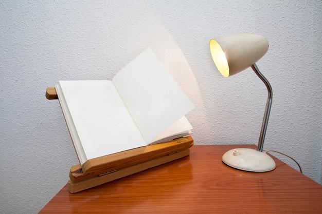 Lampada flexo e un libro bianco