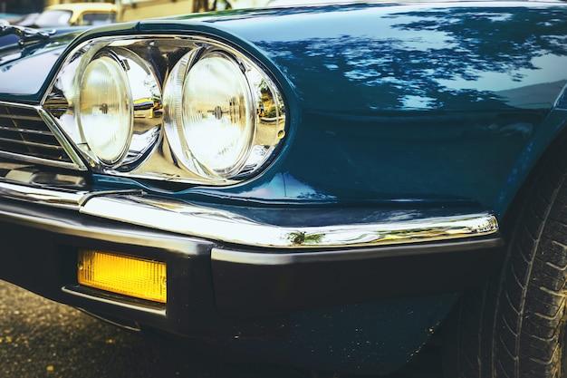 Lampada frontale dell'automobile d'annata - stile classico d'annata dei veicoli