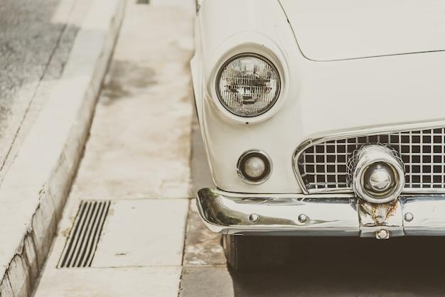 Lampada frontale di un'auto d'epoca classica