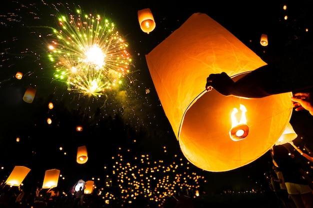 Lampada galleggiante nel festival del pee di yee sul giorno del krathong loy, festival del fuoco d'artificio in chiangmai tailandia