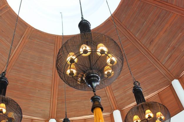 Lampada in stile antico che pende dal soffitto