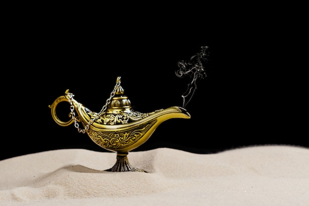 Lampada magica di aladino sulla sabbia