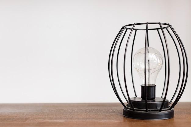 Lampada moderna del supporto del primo piano su ripiano del tavolo