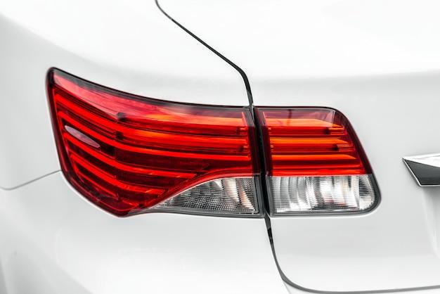 Lampada posteriore del primo piano di un'automobile di lusso bianca