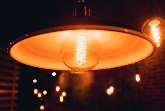Lampade a sospensione a soppalco con lampadine edison.