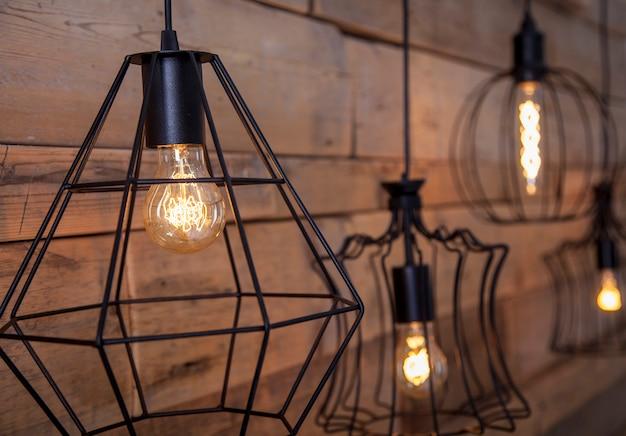Lampade con luce calda, per la decorazione, sullo sfondo del legno vecchio