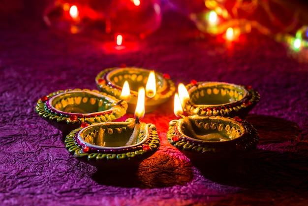 Lampade di diya di argilla accese durante la celebrazione di diwali. biglietto d'auguri indiano indù light festival chiamato diwali