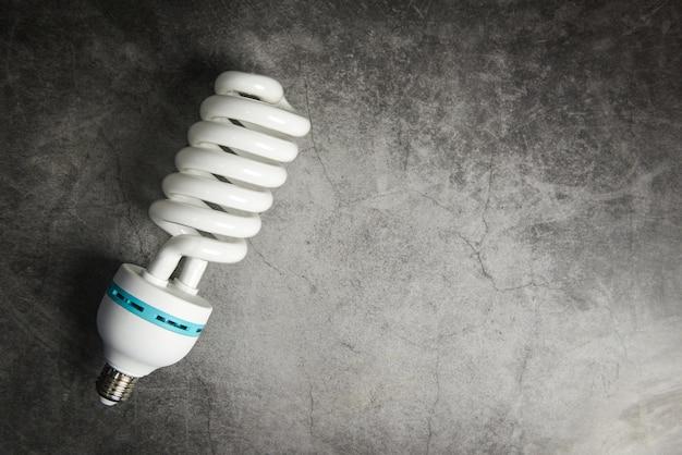 Lampadina a led, luce della lampada su sfondo scuro / idea di risparmio energetico, risparmio energetico