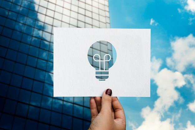 Lampadina di carta perforata di idee di creatività