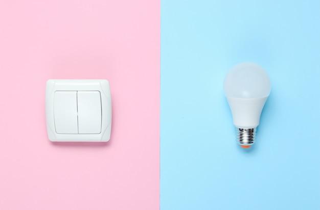 Lampadina economica, interruttore. vista dall'alto. minimalismo concetto di elettro consumatore
