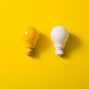 Lampadina gialla e bianca su sfondo giallo