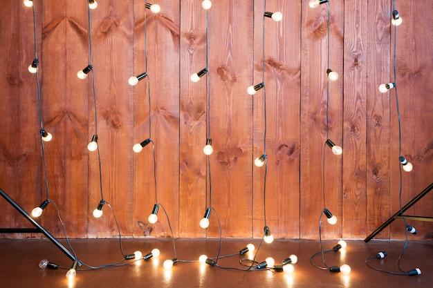 Lampadine su superficie di legno