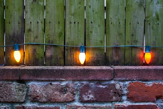 Lampadine sul vecchio muro