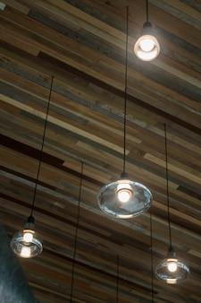 Lampadine vintage appese al soffitto