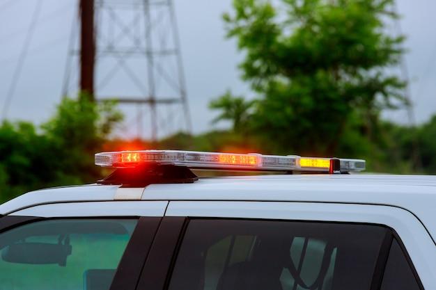 Lampeggiatore di luci rosse di una sirena sulla macchina della polizia che lampeggia