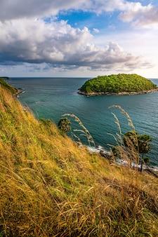 Lamphomthep phuket tailandia, isola e vista sul mare con il cielo e la nuvola