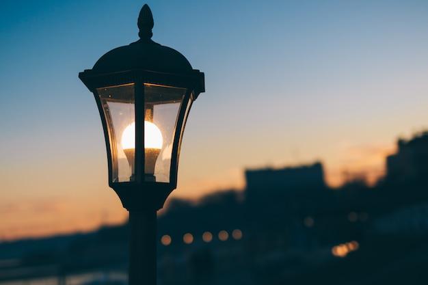 Lampione incandescente in città