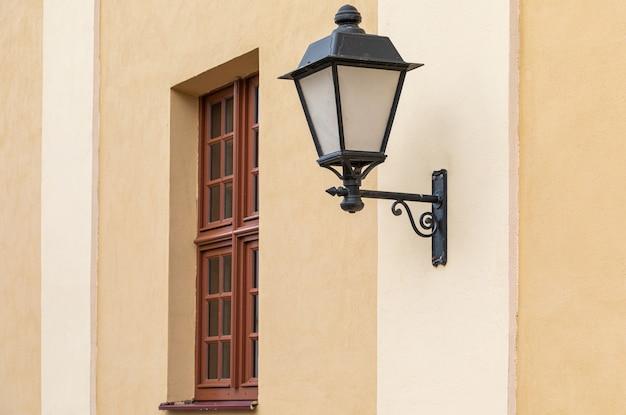 Lampione nero lavorato a parete leggera