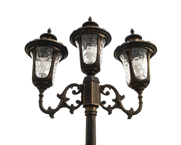 Lampione stradale d'epoca isolato su sfondo bianco