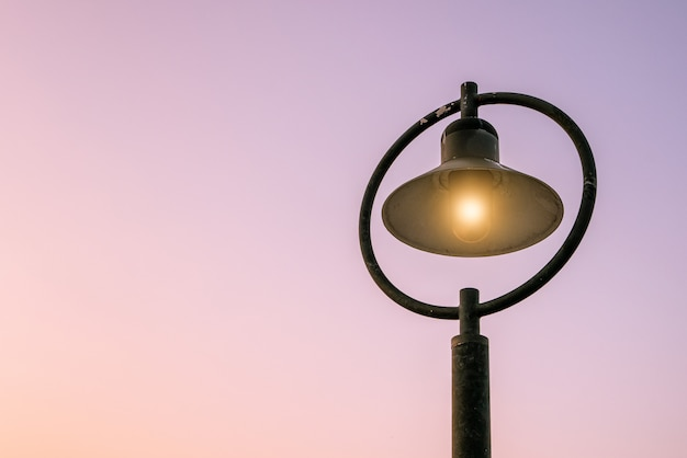 Lampioni e sfondo chiaro del mattino