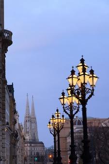 Lampioni storici decorati fuori dal rathaus vienna o dal municipio di vienna la sera.