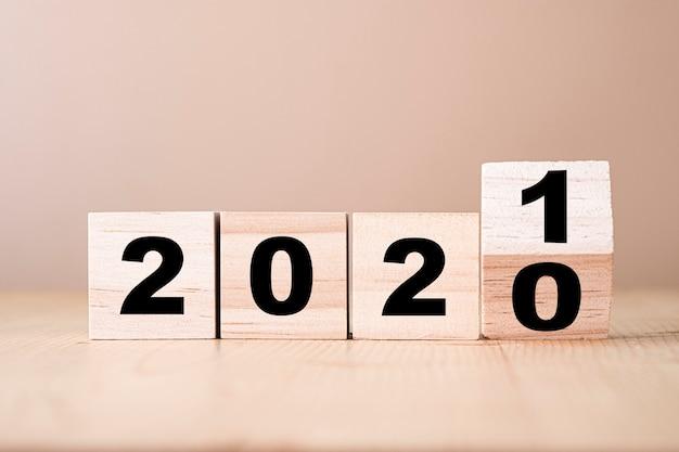 Lanciando blocchi di legno per cambiare gli anni dal 2020 al 2021