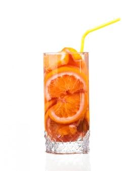 Lanciatore con una bevanda rinfrescante con le fette del limone di arancia e di kiwi su fondo bianco