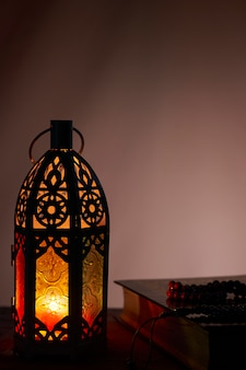 Lanterna araba e sacro corano, sfondo di ramadan kareem