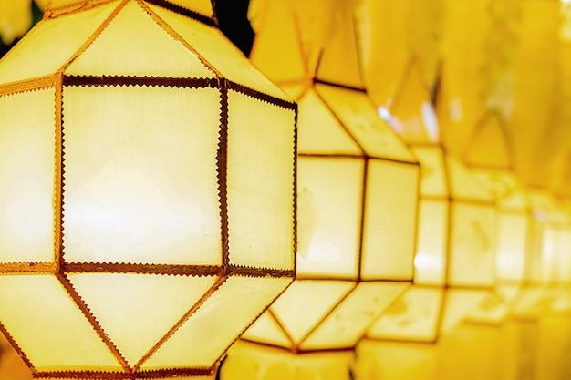 Lanterna dell'oro nel festival chiang mai, tailandia di loy krathong
