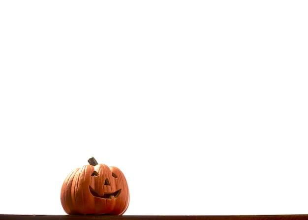 Lanterna della presa della testa della zucca di halloween isolata con ombra e riflesso. percorso di residuo della potatura meccanica fornito.